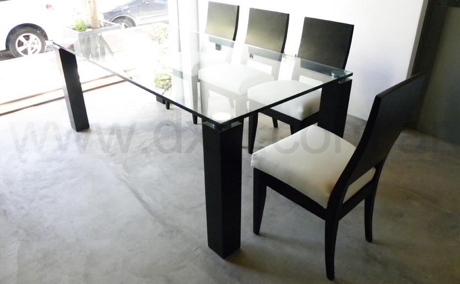 Mesa de comedor de vidrio con base de madera modelo Melina.