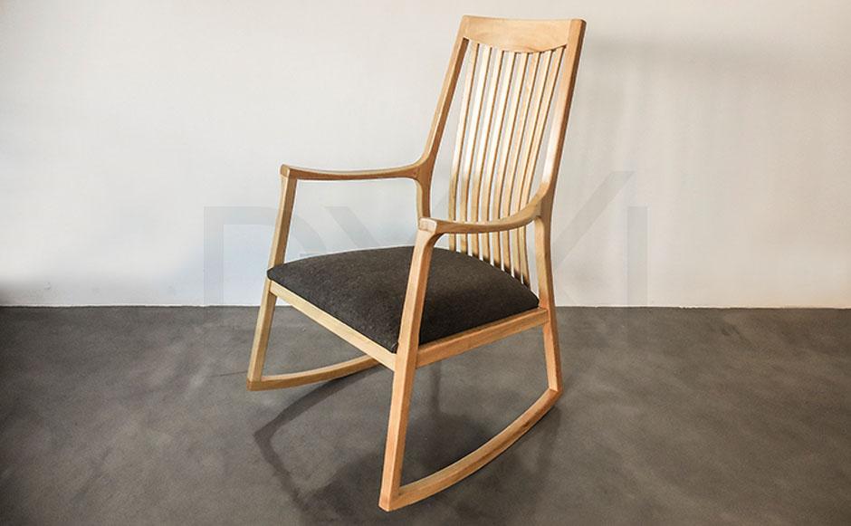 silla mecedora olsen con respaldo de madera DXXI